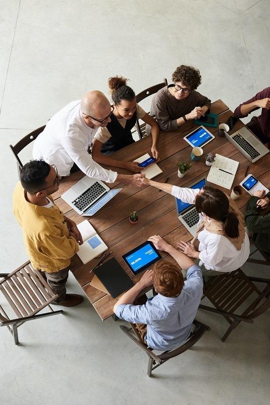 Equipe agence web lors d'un pitch client