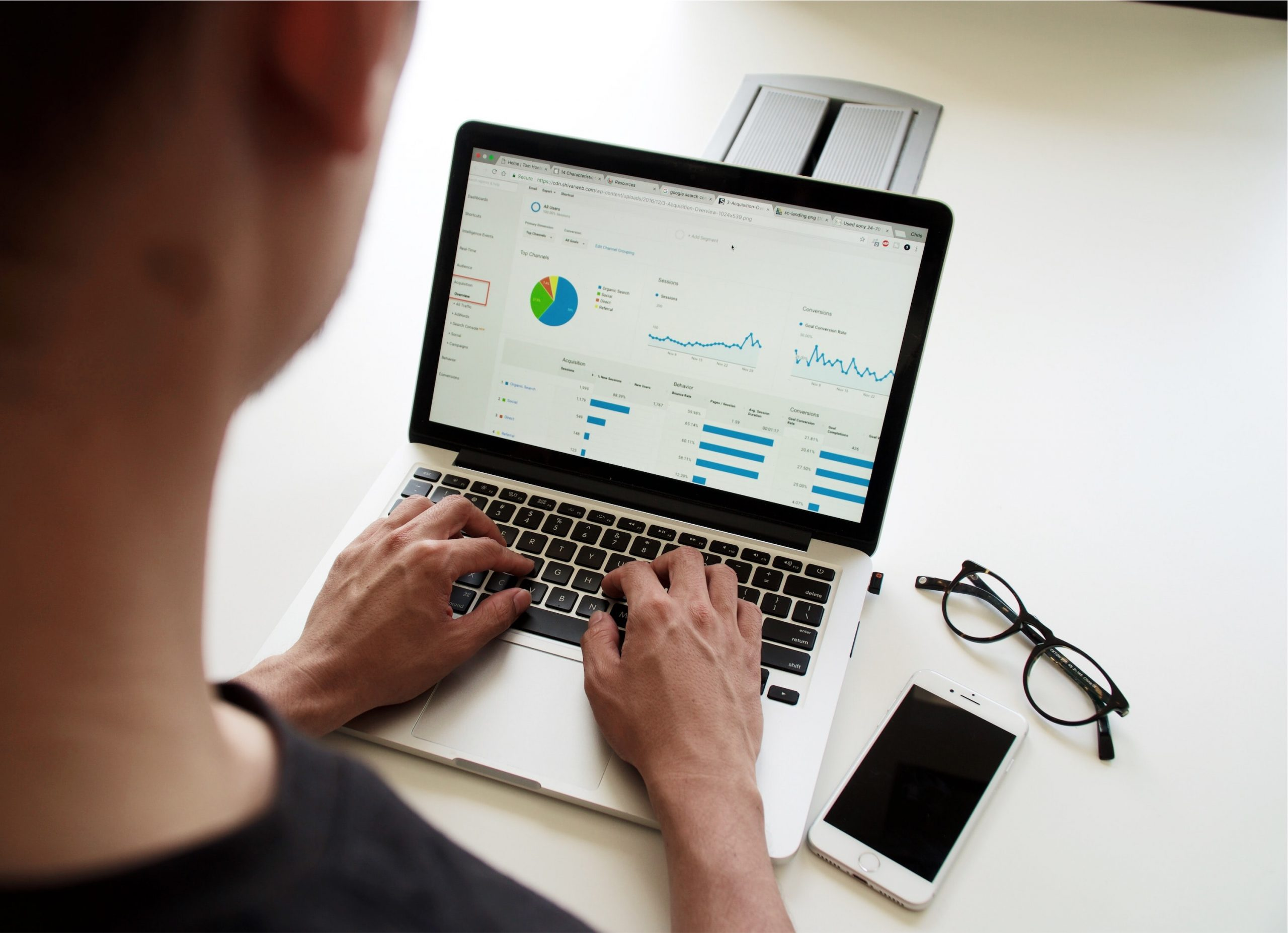 Graphe Google Analytics en forte hausse visualisé par un commercial sur son ordinateur portable.